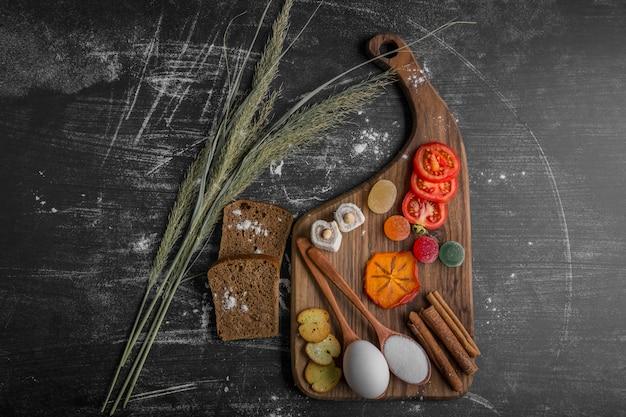 Snack Board Avec Du Pain, Des Craquelins Et Des Légumes Photo gratuit