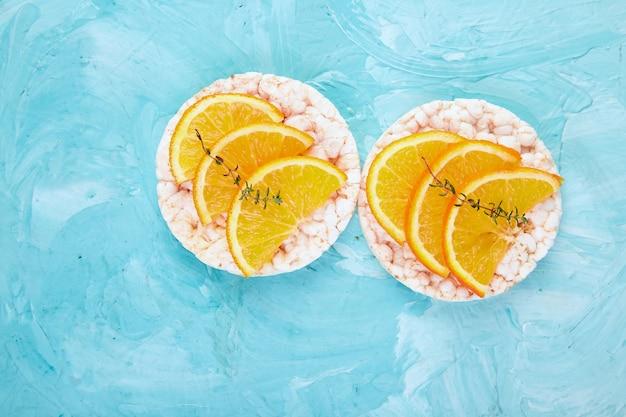 Snack Avec Des Galettes De Riz Et Des Fruits Frais Photo Premium