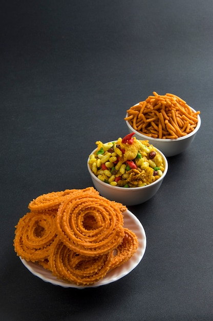 Snack Indien: Chakli, Chakali Ou Murukku Et Besan (farine De Gram) Sev Et Chivada Ou Chiwada. Diwali Food Photo Premium