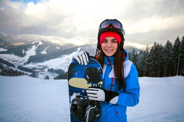 Snowboarder Femme Joyeuse En Hiver à La Station De Ski Photo Premium