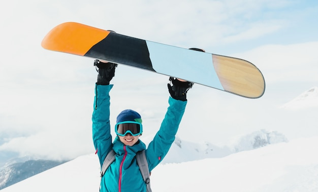 Snowboarder Heureux Jeune Femme Photo Premium