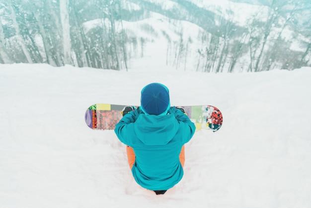 Snowboarder Regardant La Pente Photo Premium
