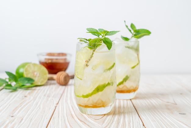 Soda Au Miel Glacé Et Citron Vert à La Menthe - Boisson Rafraîchissante Photo Premium