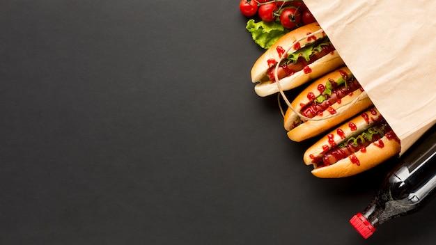 Soda et hot dogs dans un sac en plastique Photo gratuit