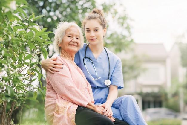 Une soignante qui réconforte et soigne ses patients âgés Photo Premium