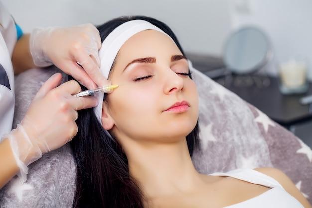 Soin du corps. jolie fille recevant un traitement à l'acide hyaluronique Photo Premium
