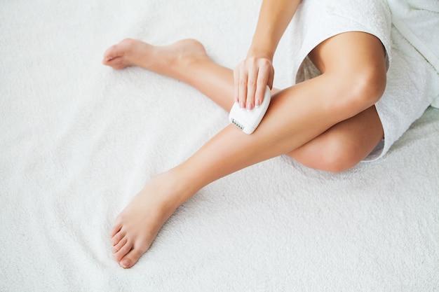 Soin de la peau. femme, rasage, jambes, salle bains Photo Premium
