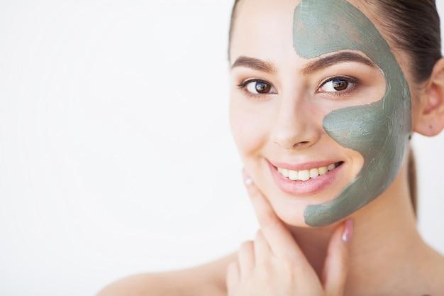 Soin de la peau. jeune femme, à, masque cosmétique argile, tenue, concombre, à, elle, salle de bains Photo Premium
