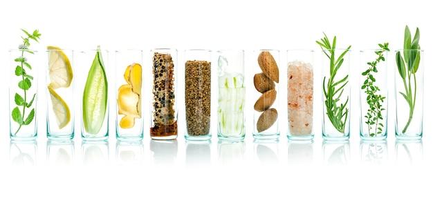 Soin de la peau maison avec des ingrédients naturels isolés sur fond blanc. Photo Premium