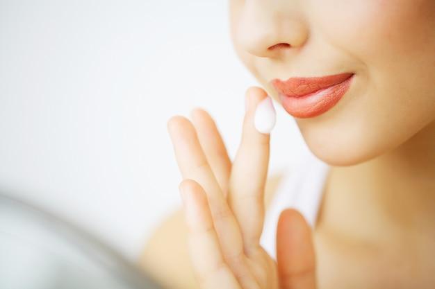 Soins du visage beauté. femme, appliquer, crème, peau Photo Premium