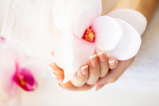 Soins des ongles. ongles de femme belle avec manucure française, en studio de beauté Photo Premium