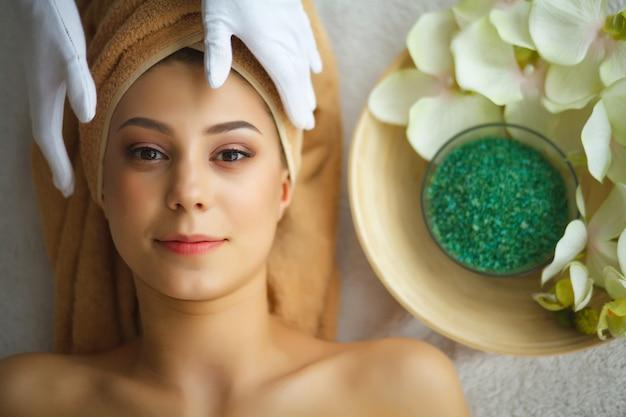 Soins de la peau et du corps. gros plan, jeune, femme, obtenir, traitement spa, à, salon beauté massage du visage au spa. traitement de beauté du visage. salon spa Photo Premium