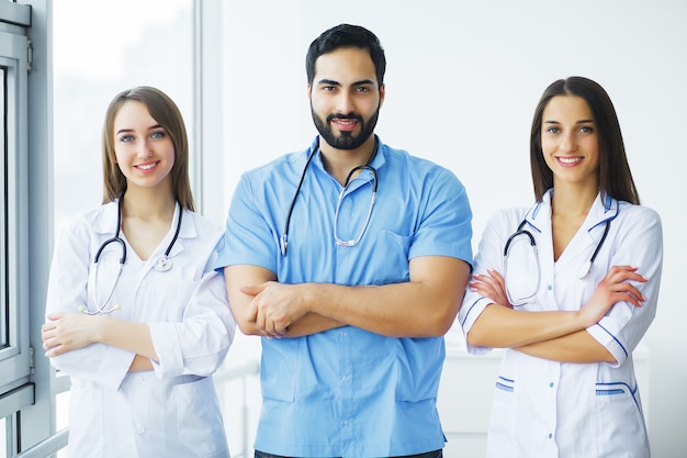 Soins de santé. des médecins attrayants avec stéthoscope médical travaillent ensemble à l'hôpital. concept médical Photo Premium