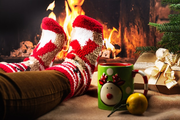 Soirée de vacances confortable près d'une cheminée Photo Premium