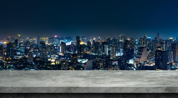 Sol de ciment et ville floue fond pour les produits d'affichage. Photo Premium