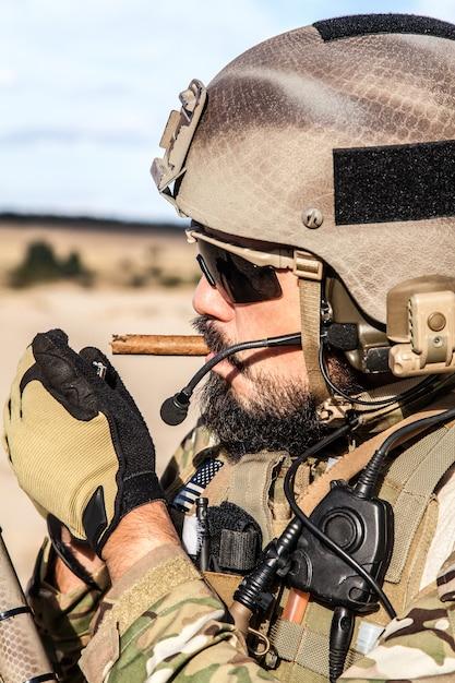 Un Soldat De L'armée Américaine Qui Fume Photo Premium