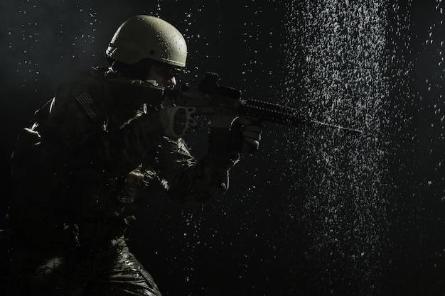 Soldat De L'armée Américaine Sous La Pluie Photo Premium