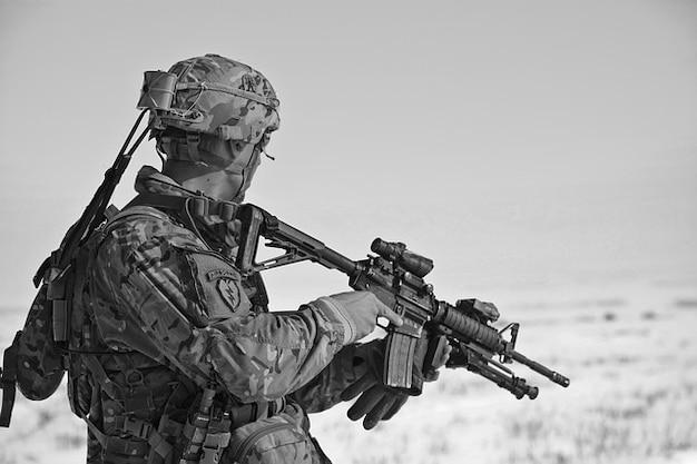 Soldat de l'armée balles uniforme projectile d'arme Photo gratuit