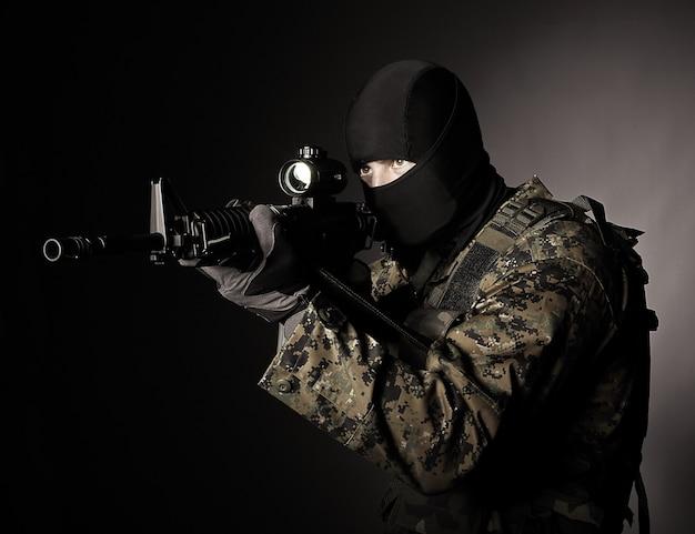 Soldat avec cagoule Photo Premium