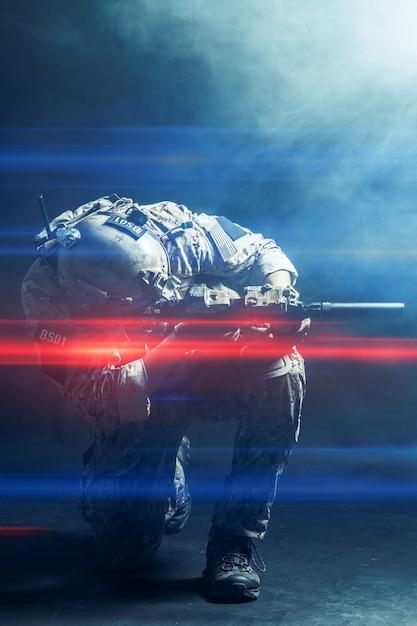 Soldat Des Forces Spéciales Avec Fusil Sur Fond Sombre Photo Premium