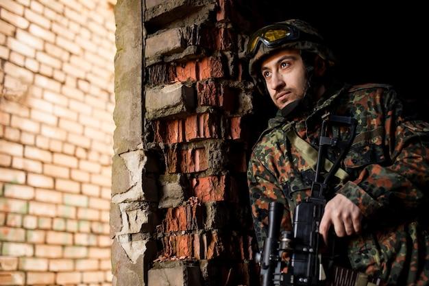 Soldat à la guerre avec des armes Photo Premium