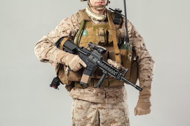 Soldat En Tenue De Camouflage Fusil Photo Premium