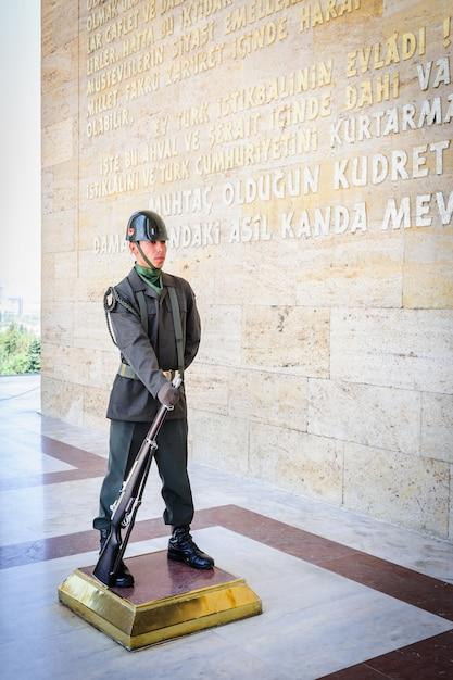 Soldat turc à l'entrée du mausolée atatürk Photo Premium
