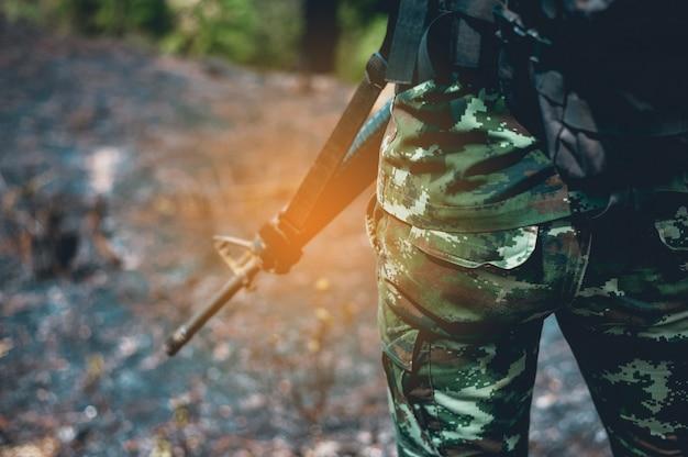 Les soldats sont dans la zone frontalière. armé d'une paire de fusils pour protéger les frontières Photo Premium