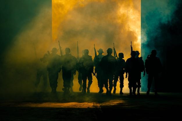 Soldats Thaïlandais, Forces Spéciales, équipes, Uniforme Complet, Marchant Dans La Fumée Et Munis D'une Arme à Feu Photo Premium