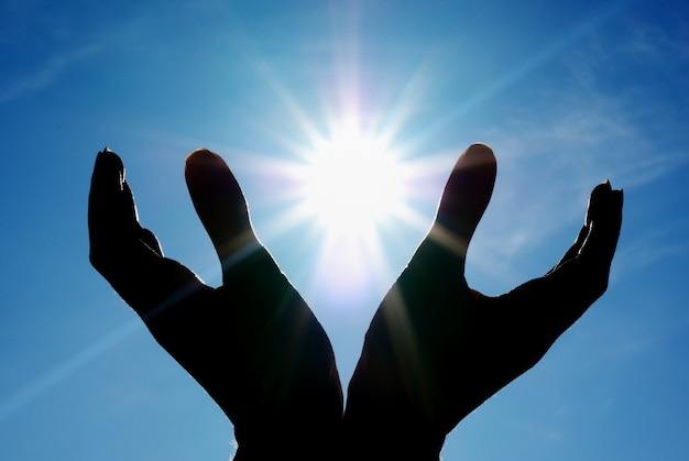 Soleil Dans Les Mains. Photo Premium