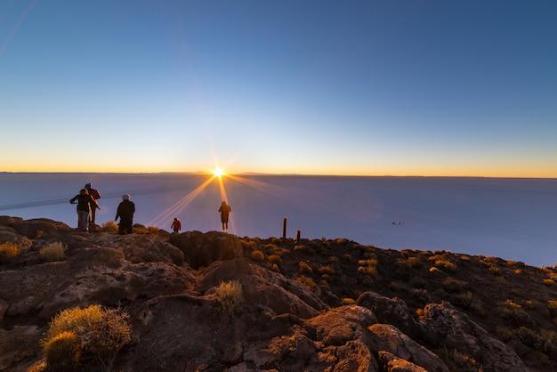 Le soleil levant sur le salar d'uyuni, bolivie Photo Premium