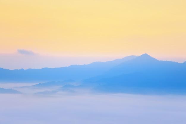 Soleil et nuages sur la brume matinale à phu lang ka, phayao, thaïlande Photo Premium