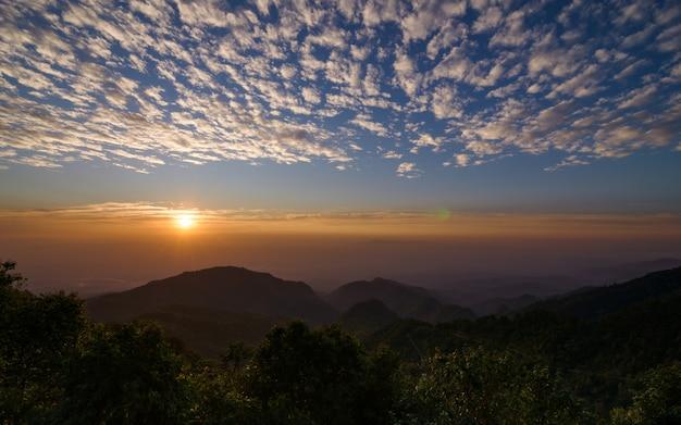 Soleil se levant au point de vue de monson à doi angkhang, chiang mai, thaïlande Photo Premium