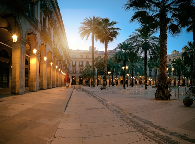 Soleil se lève sur la plaza real illuminée dans le quartier gothique de barcelone, espagne Photo Premium