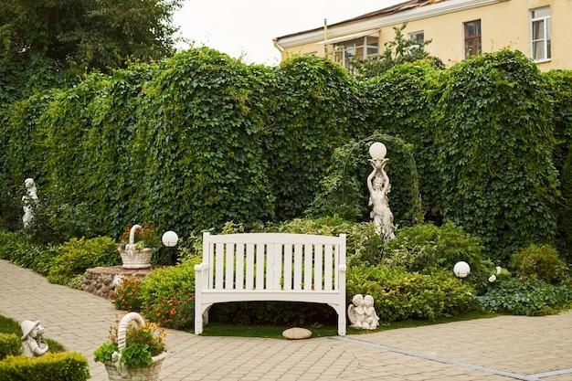 Solitaire Banc Anglais Jardin Vert Fond Derrière La Sculpture Dange
