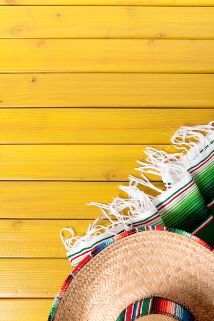 Sombrero mexicain et couverture serape traditionnelle Photo Premium