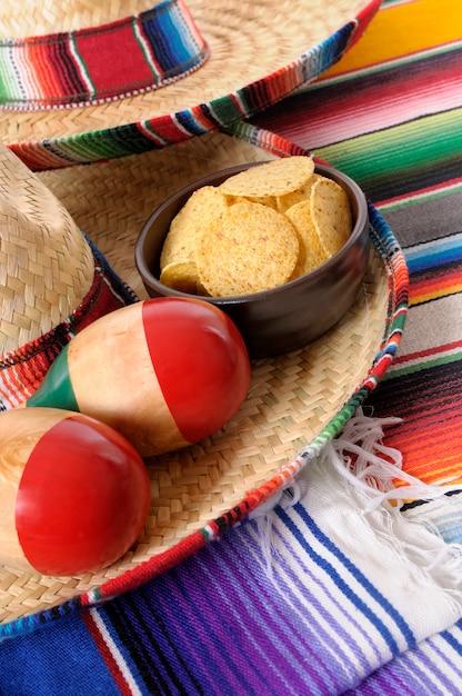 Sombreros mexicains avec maracas et chips de tortilla Photo Premium
