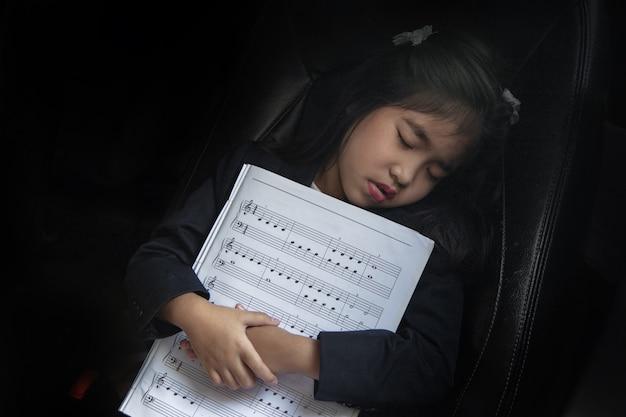 Sommeil kid avec note de musique sur la voiture de siège comme musique d'amour Photo Premium