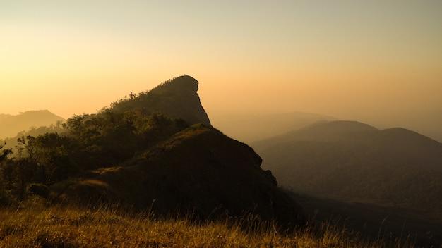 Sommet de la montagne doi mon chong avec le soleil du matin à chiang mai, en thaïlande. Photo Premium