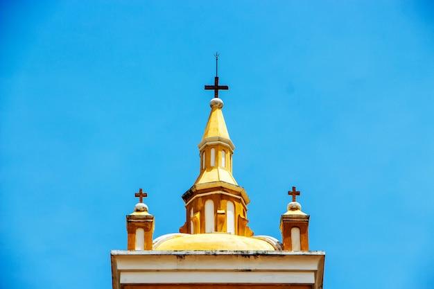 Sommet de la tour de l'église catholique saint joseph, ayutthaya, thaïlande Photo Premium
