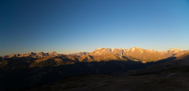 Les sommets majestueux du parc national du massif des ecrins (4101 m) avec les glaciers, en france, au lever du soleil. ciel dégagé, couleurs d'automne. Photo Premium