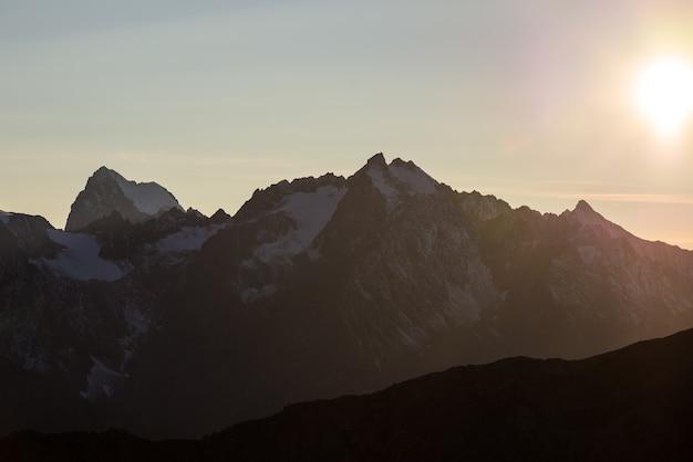 Les sommets majestueux du parc national du massif des ecrins (4101 m) avec les glaciers, en france. téléobjectif de loin au lever du soleil. ciel dégagé, couleurs d'automne. Photo Premium