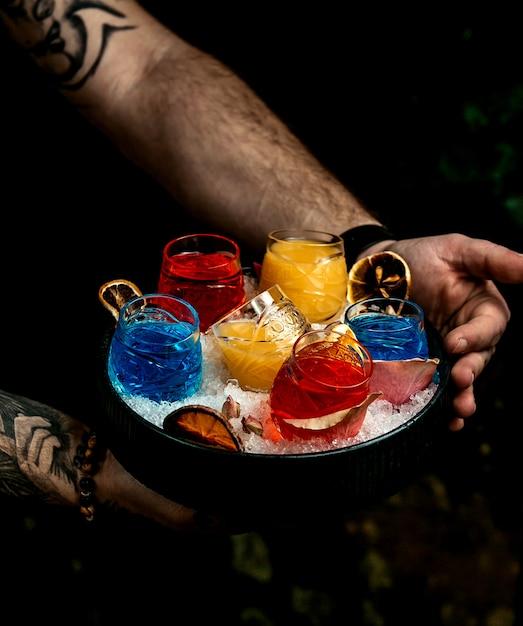 Sorbets multicolores dans un seau à glace Photo gratuit