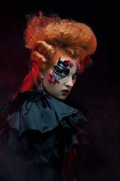 Sorcière Gothique Aux Cheveux Rouges. Femme Noire. Maquillage Artistique. Image D'halloween. Photo Premium
