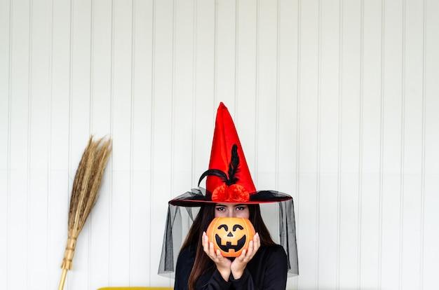 Sorcière d'halloween avec une citrouille magique, Photo Premium