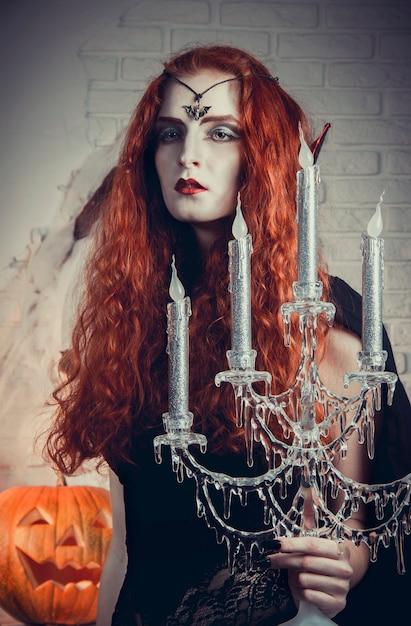 Sorcière halloween se prépare pour le festival Photo Premium