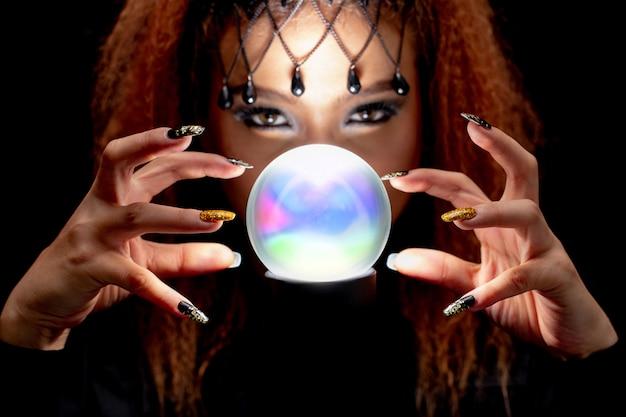 Les sorcières en noir épellent la magie noire avec le marbre. Photo Premium