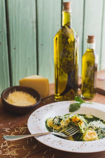 Sorrentino Au Parmesan Et à L'huile D'olive Sur Une Table En Bois Photo Premium