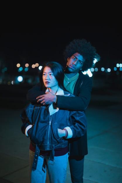 Sortir concept avec couple la nuit Photo gratuit