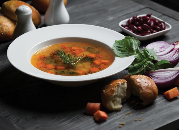 Soub de légumes sains avec des carottes dans un bouillon Photo gratuit